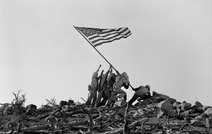 Marinos clavando bandera americana
