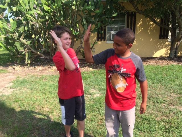 Niños Francis y Jeremiah saludo