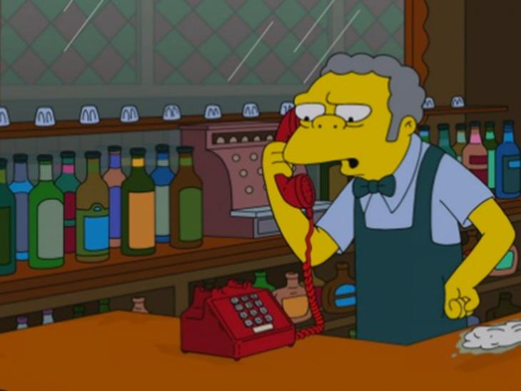 Moe contesta el teléfono