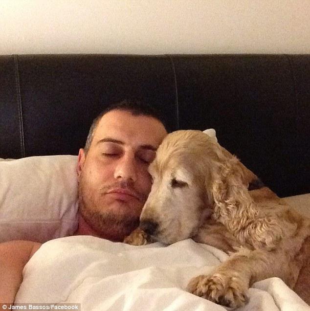Hombre en la cama con su perro