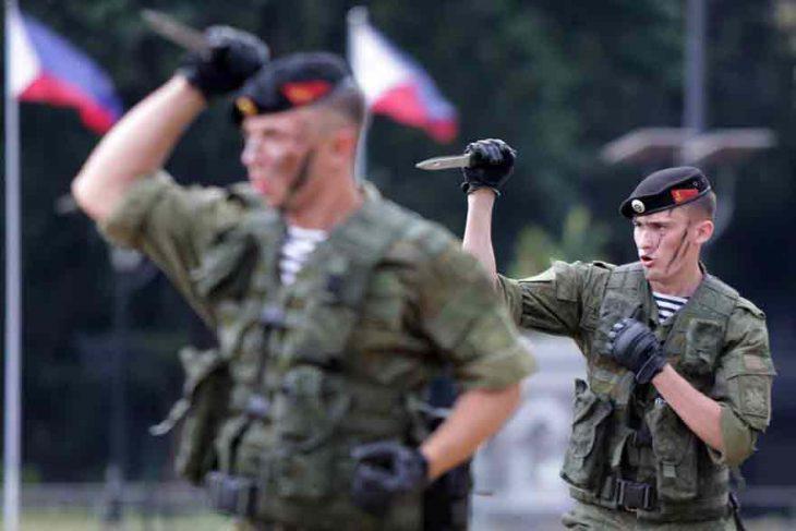 soldados rusos cuchillos