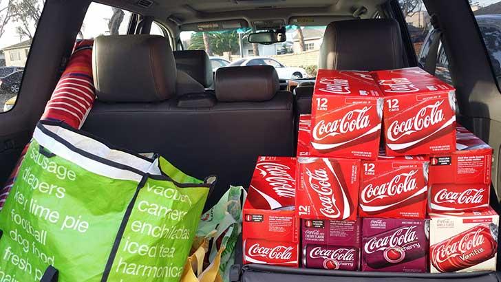 Cajas de Coca Cola en un auto