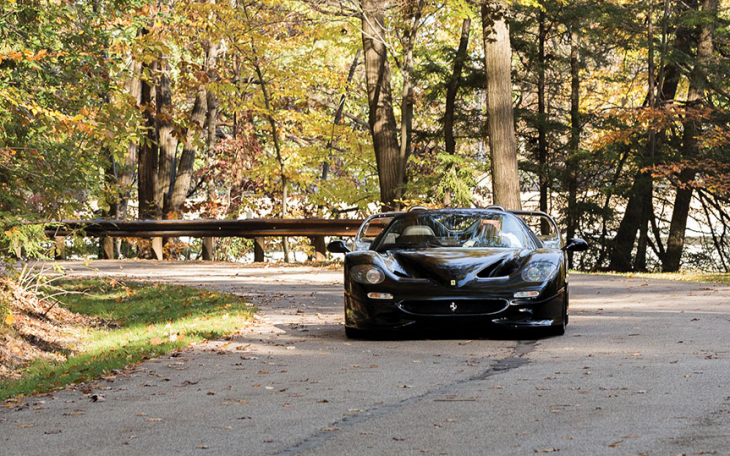 Ferrari F50 luciendo de frente