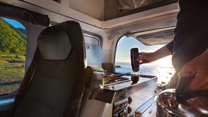Cafetera portátil en auto