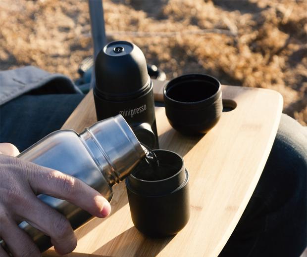 Preparando café en cafetera portátil