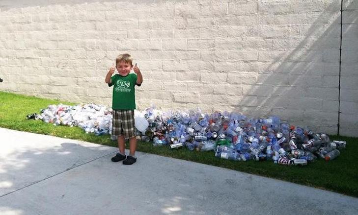 Niño playera verde botellas plástico atras