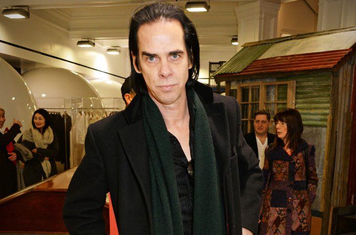 Nick Cave con saco y bufanda