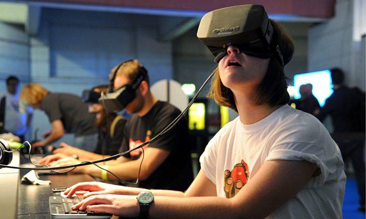 Realidad virtual, joven mujer jugando