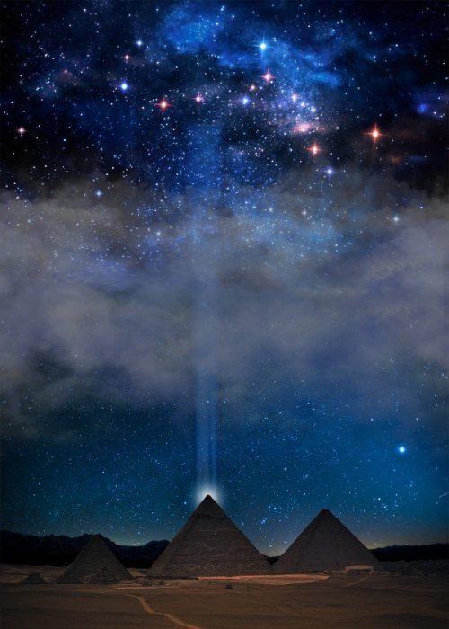 Rayo de luz sobre pirámide