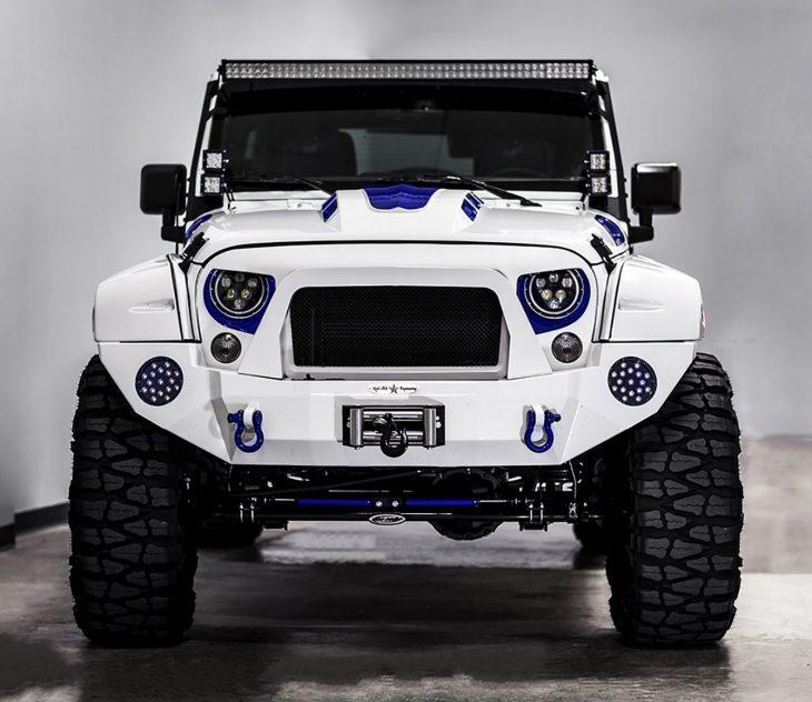 Jeep Wrangler versión stormtrooper de frente azul
