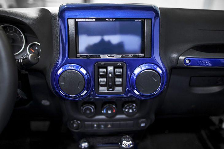 Jeep Wrangler versión stormtrooper interiores pantalla