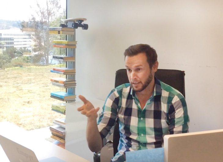 Jon Carder en escritorio