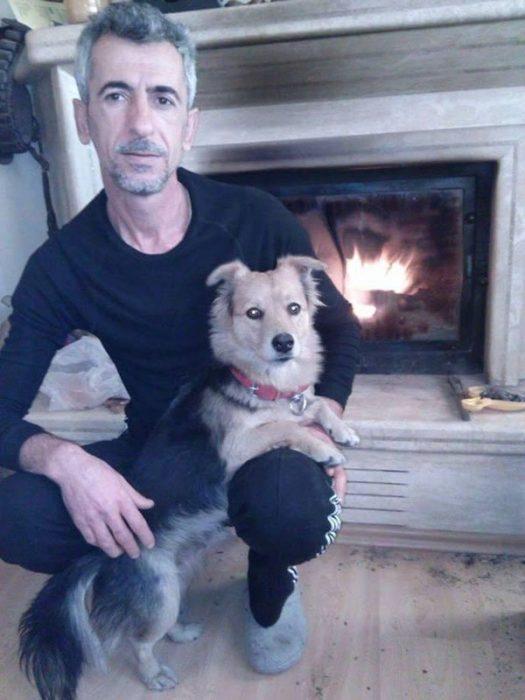 Ali y Cesur el perrito triste frente a chimenea