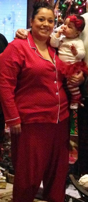 Betsy Ayala en pijama roja