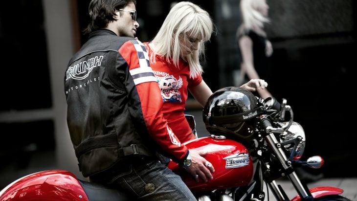 motociclista y mujer