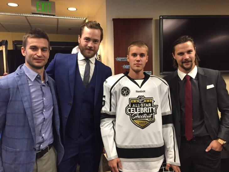 Justin Bieber con jugadores de la NHL