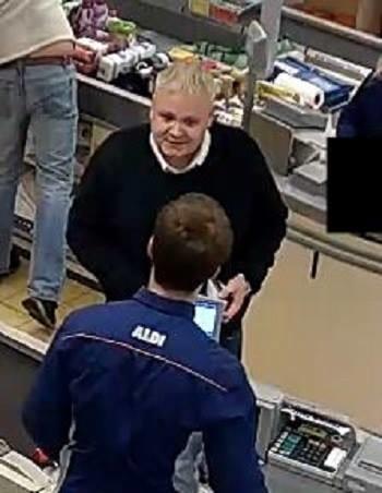 Hombre toma televisor de estante y le reembolsan dinero