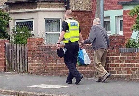 policia y abuelo