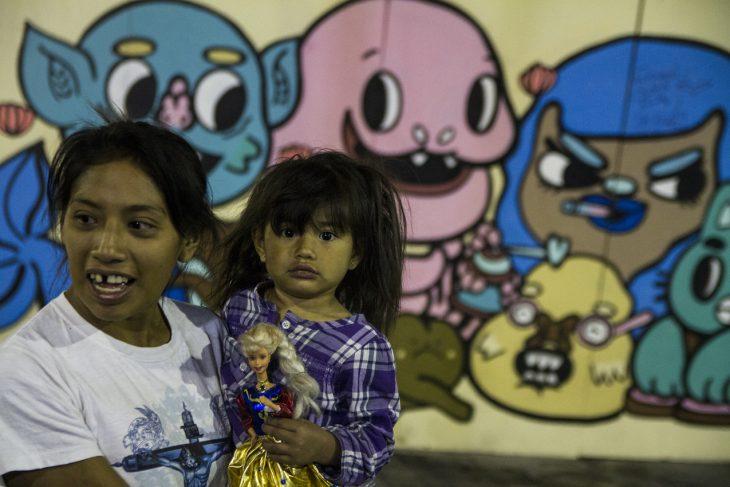 mma y niña con muñeca