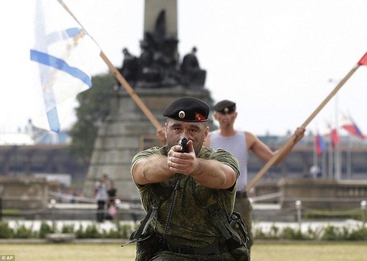 soldado apuntando