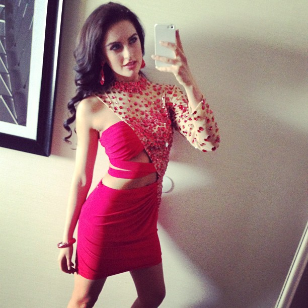 Siera Bearchell vestido rosa selfie