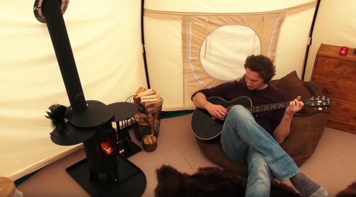 Bryce Langston con guitarra en su tienda