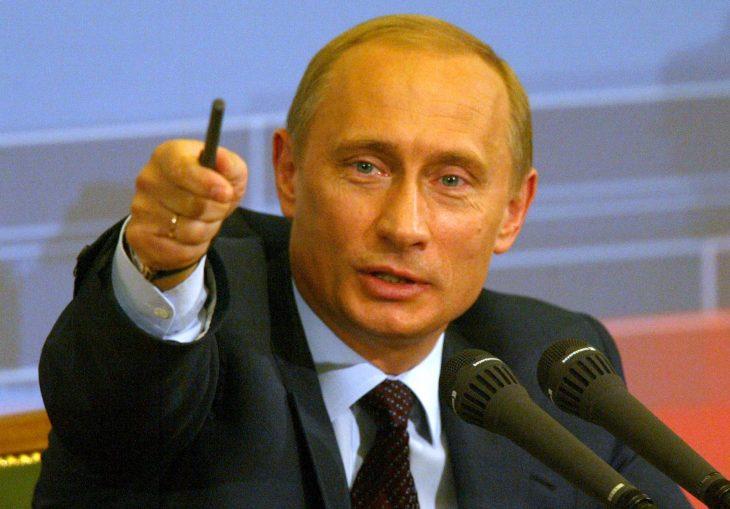 Vladimir putin señalando