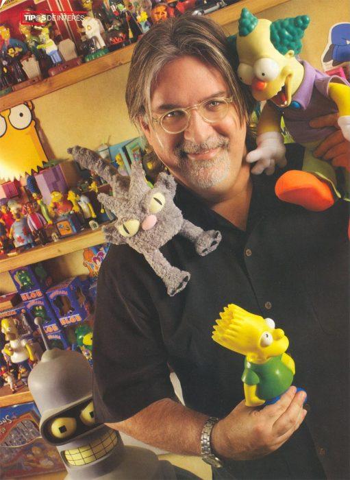 Matt Groening con figuras de los simpson