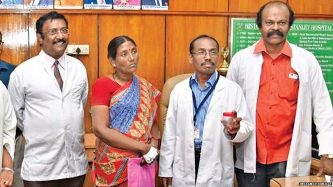 Mujer india y médicos con cucaracha