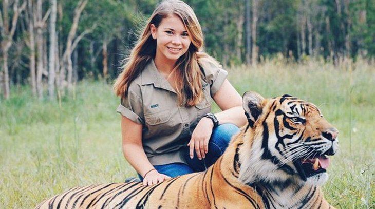 Chica con un tigre