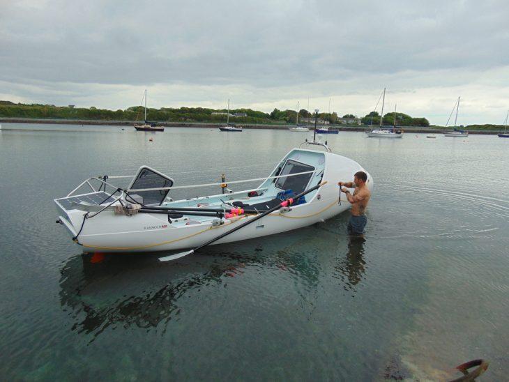 Hombre arregla su bote