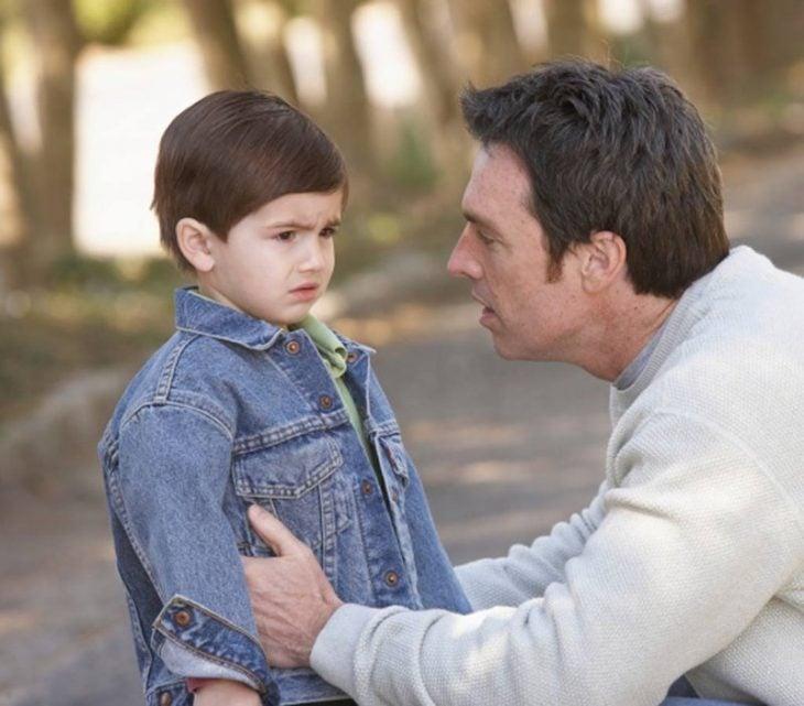 papa y niño platican