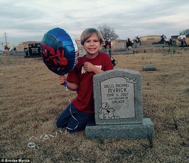Walker con globo en lápida de Willis