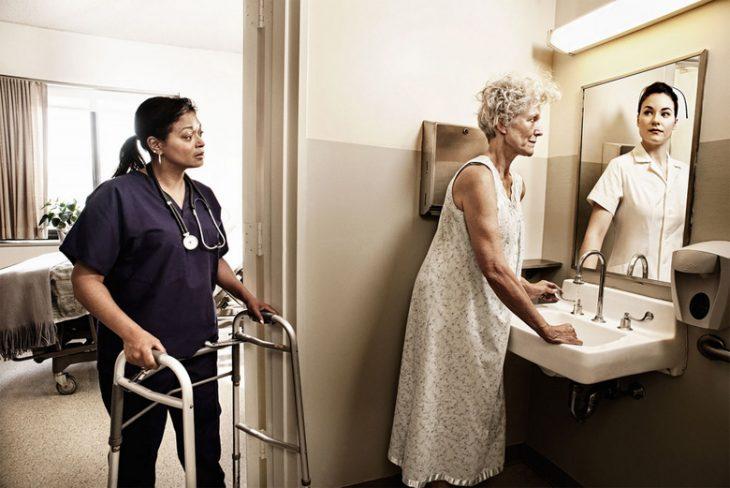 Tom Hussey galería reflexiones mujer en baño