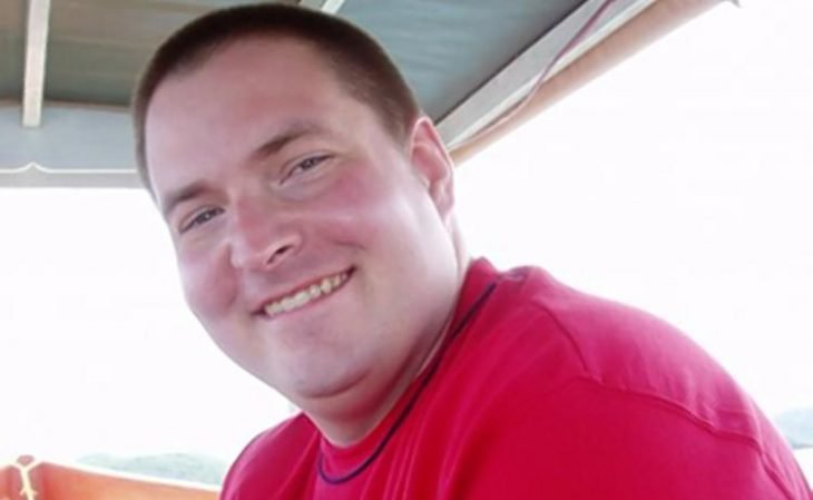 Hombre obeso sonríe