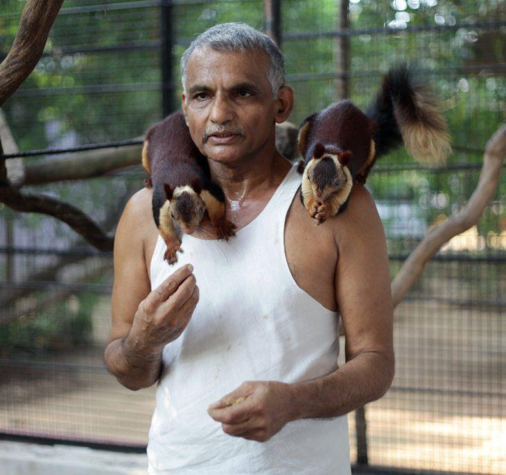 Dr. Pakash Amnte con ardillas