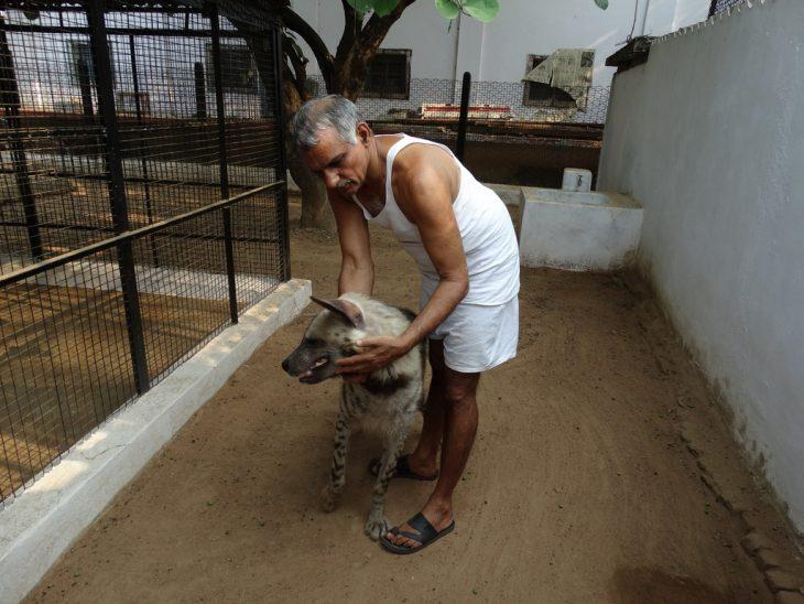 Dr. Pakash con hiena