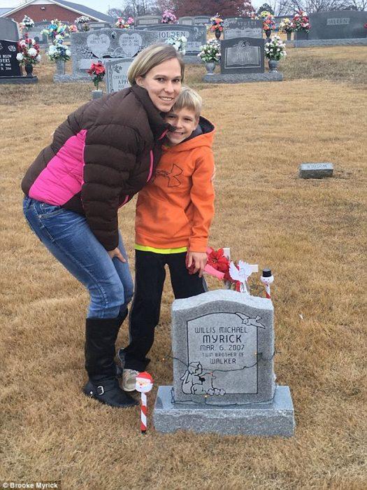 Walker y su mamá en tumba de su hermano