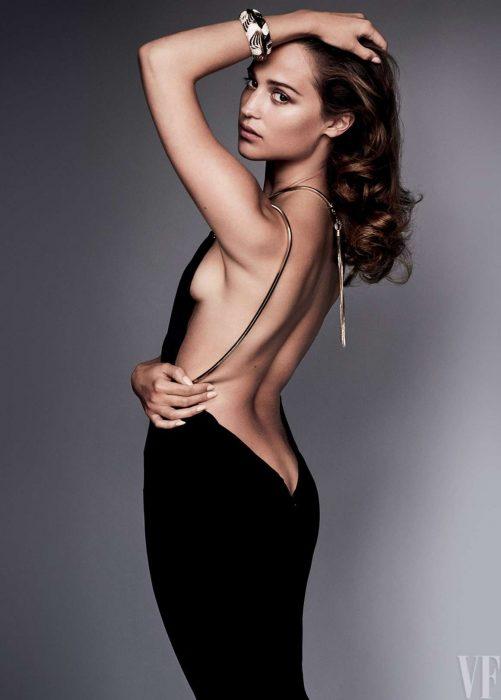 Alicia Vikander espalda vestido negro