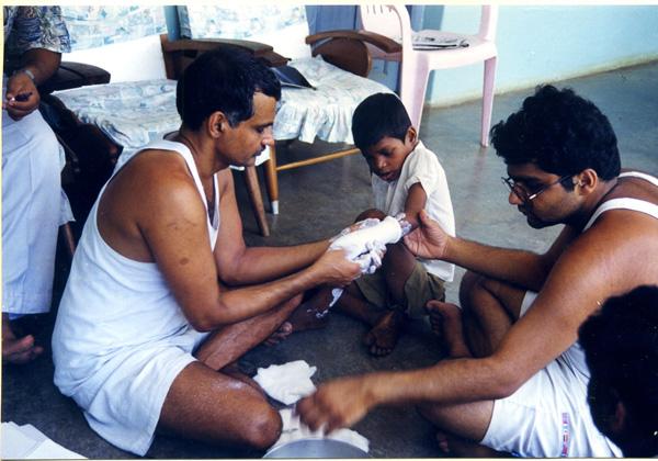 Dr. Pakash con su hijo