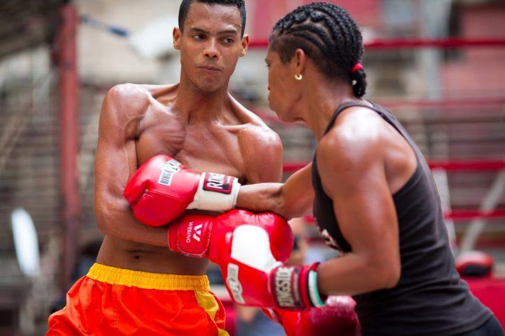 Hombre y mujer boxeando