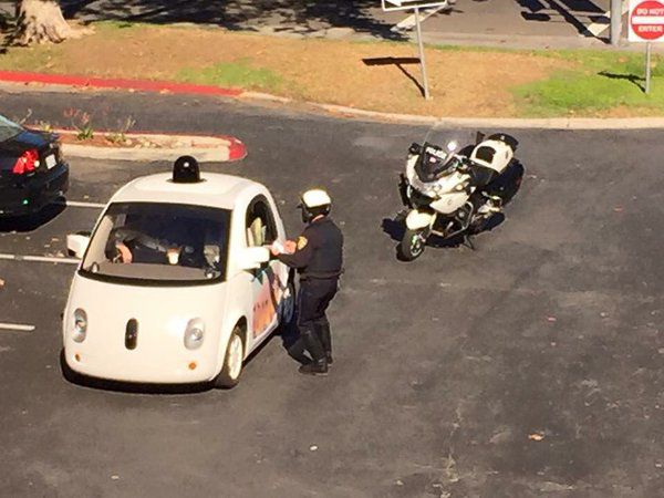 Agente multa carro de google