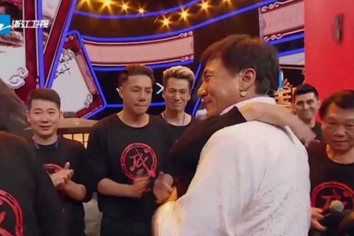 Jackie Chan emotivo evento abrazos