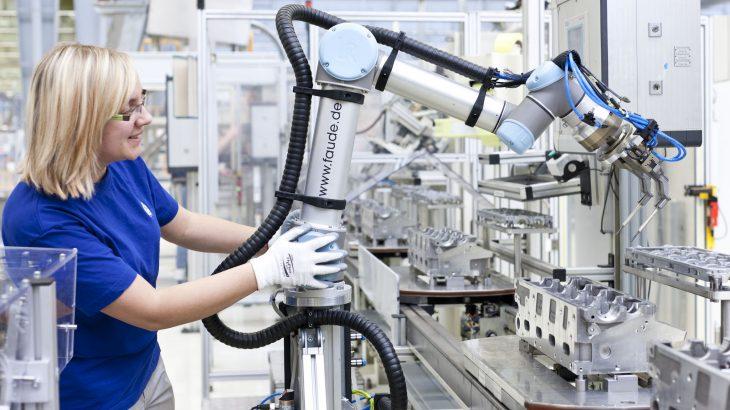 Mujer manejando brazo robótico