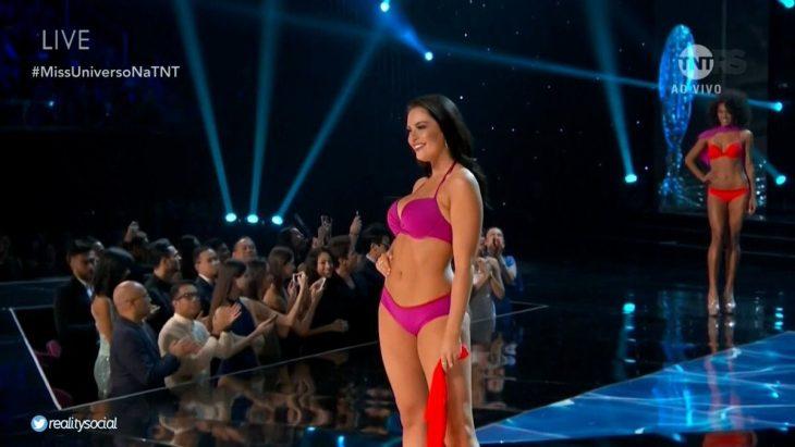 Miss Canadá en pasarela con bikini rosa