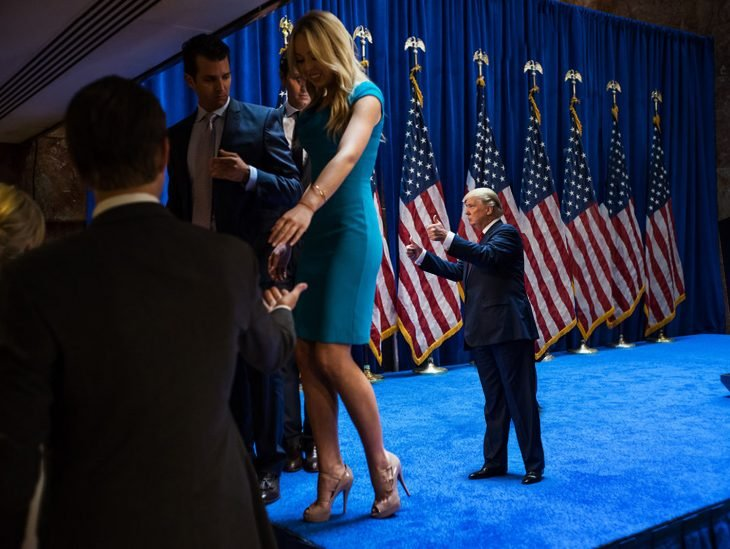 Tiny Trumps Melania camina