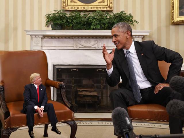 Tiny Trumps sentado con Obama
