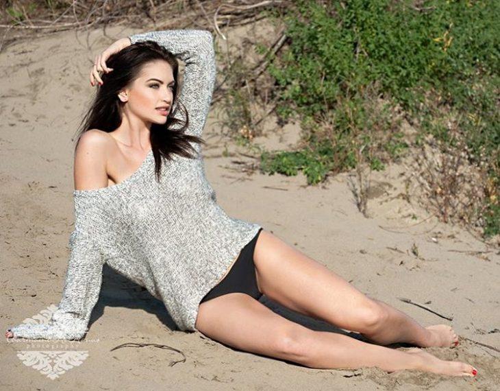 Sierra posando en la playa