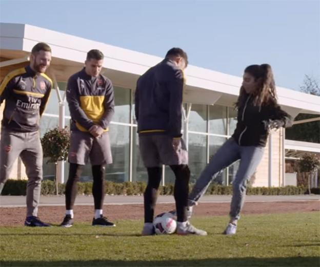 Campeona freestyle con jugadores del Arsenal