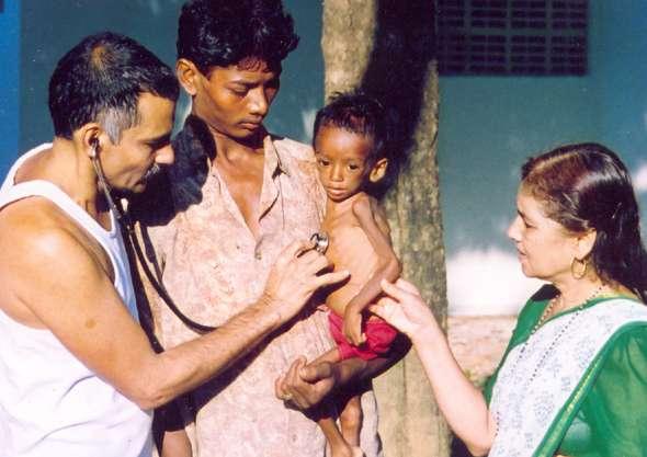 manda y prakash con un niño